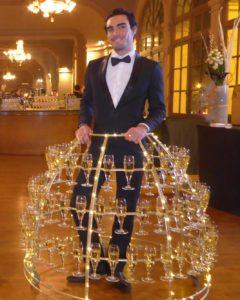 Homme porte coupe de champagne animation evenement soiree