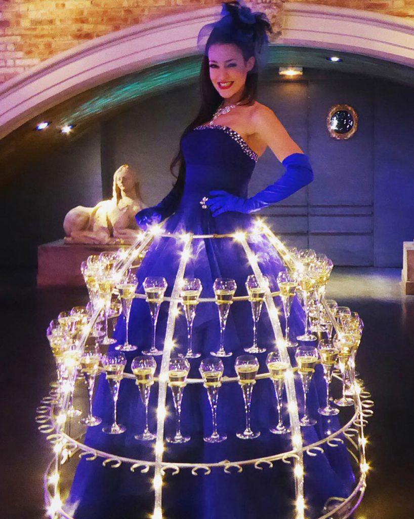 robe à champagne, robe bleue, robe hotesse