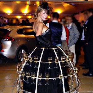 Hôtesse et flûte de champagne